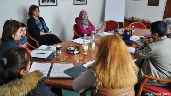اليمنية حورية مشهور.. من وزيرة إلى لاجئة في ألمانيا