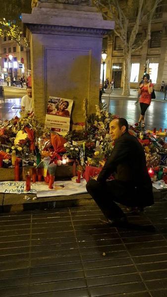 وفد التحالف الدولي ويورو عرب يضعون أكليل من الزهور لأرواح ضحايا الحادث الإرهابي ببرشلونة