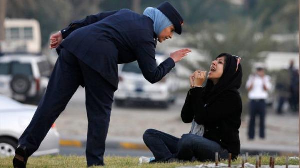سجن الناشطة البحرينية زينب الخواجة لتمزيقها صورة الملك
